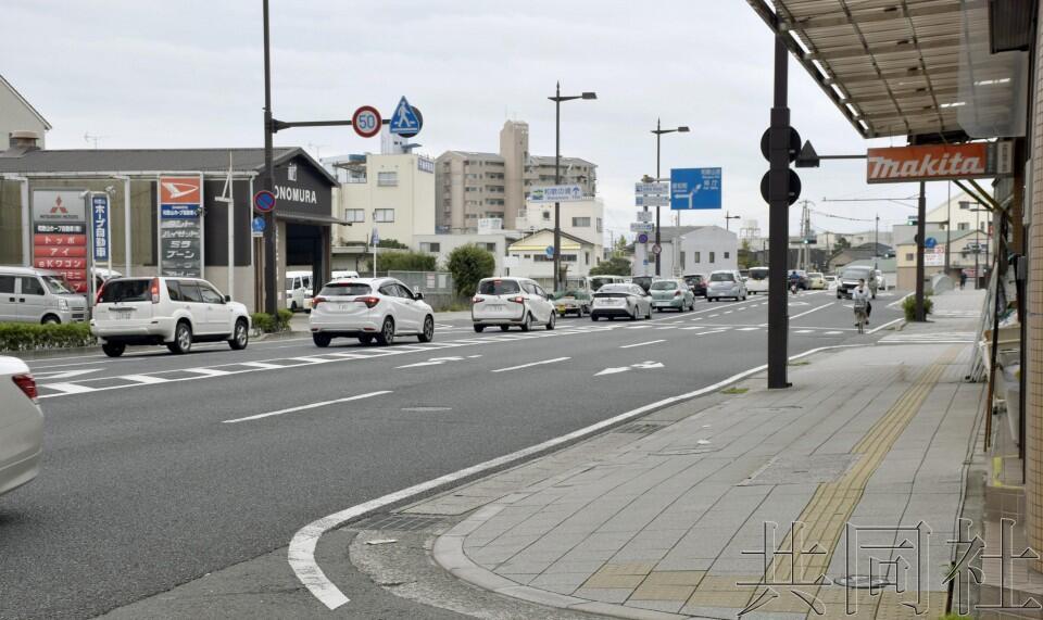 日本警察在警卫安倍车队时掉落手枪,居民捡到后归还