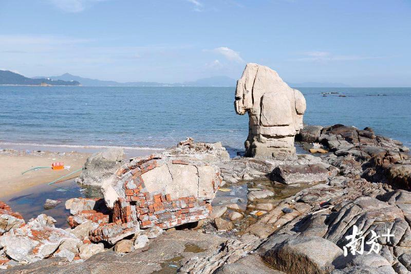 """海未枯,石已烂!深圳大梅沙""""天长地久""""石被台风棒打鸳鸯"""