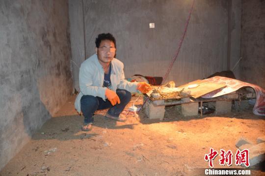云南一村民在家中非法孵化养殖近500条蛇被查处