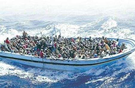 摩洛哥海军在北部海域救起38名偷渡者