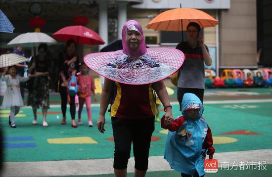 广州降温跌破20℃ 街头秋装潮大跌眼镜