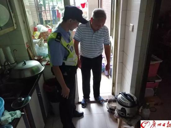 老伯捡鸡肠回家煮被警察找上门 得知真相吓得腿软