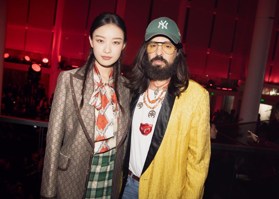 倪妮出席时尚活动 梳麻花辫变文艺女青年
