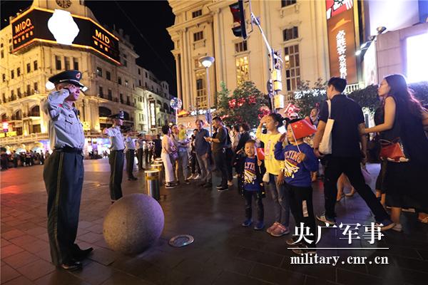 國慶假期,上海南京路上滿滿的都是愛