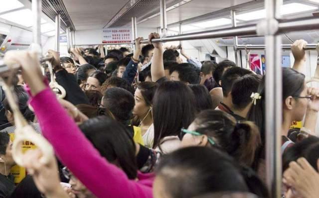 """女子地铁与人争执后尿毒症去世,家属起诉""""未让座""""乘客"""
