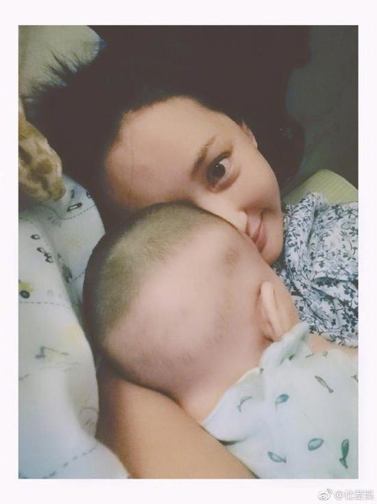 杜若溪懒理怼人风波心情好 晒和女儿合照母爱满满