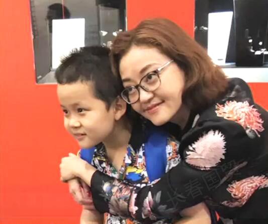 王刚的女儿和儿子合影照曝光 姐弟相差30岁