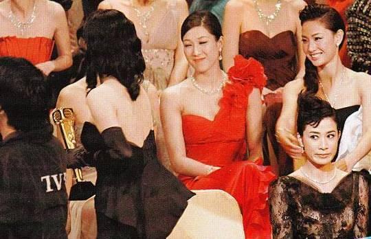 邓萃雯谈被指与佘诗曼不和:我散光 被白眼也不知