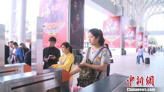 旅客凭身份证通过电子人脸识别检票闸机 李宇凡 摄