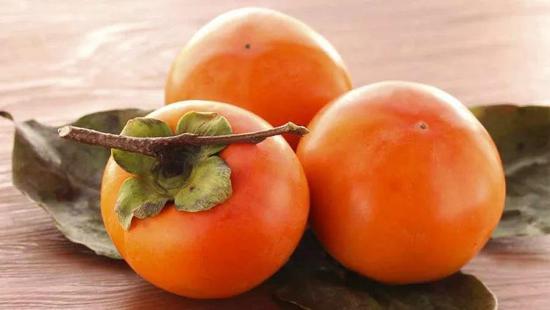 空腹吃柿子得结石?柿子与螃蟹一起吃会要人命?