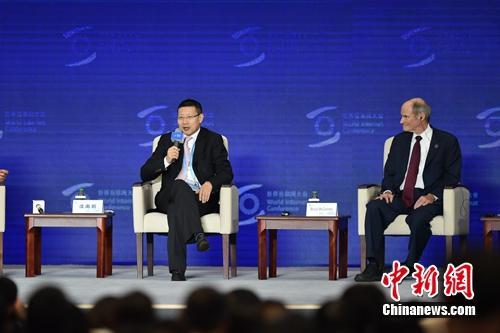 沈南鹏(左一)在互联网大会圆桌会议上发言。<a target='_blank' href='http://www.chinanews.com/' >中新网</a> 李骏 摄