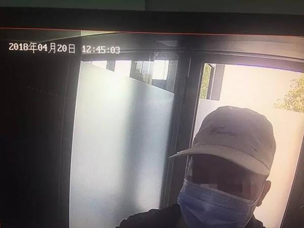 彭某在银行ATM机取款 本文图均为 荆门日报微信公众号 图