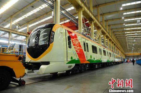 中国首列出口印度那格浦尔地铁车辆在大连下线