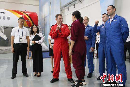 """深航培训人员为""""红箭""""飞行表演队队员讲解模拟舱 李瑞敦 摄"""