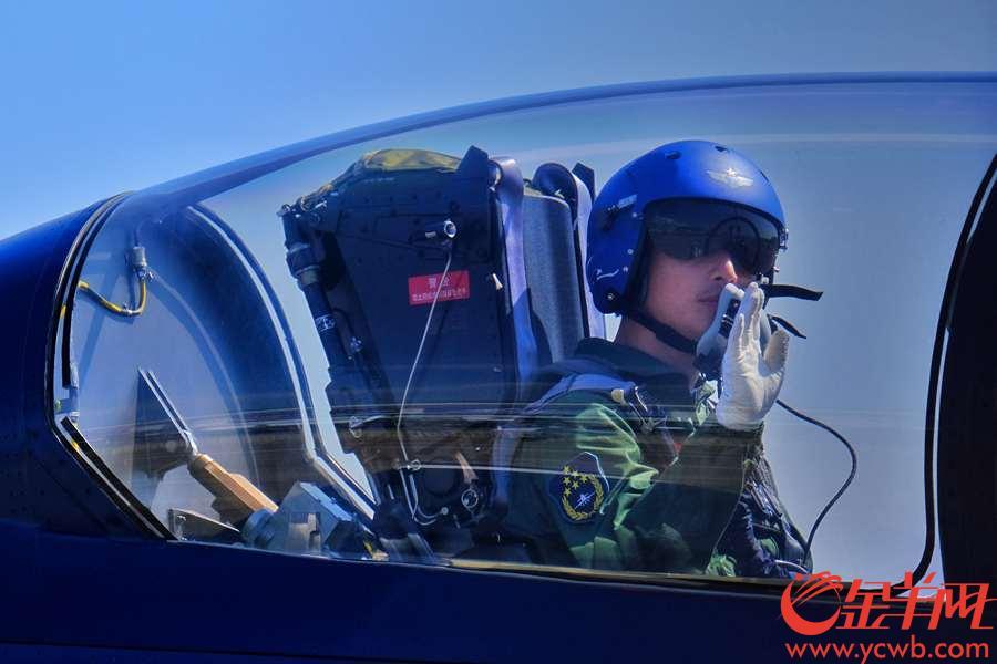 """珠海航展,驾机在蓝天彩绘的""""飞机师"""""""
