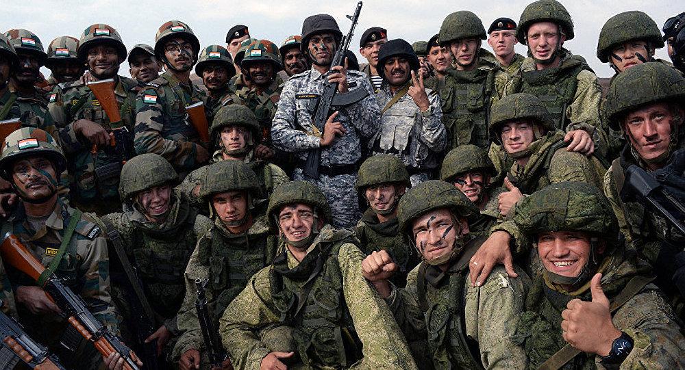 俄军远赴印度参加军演 体验以色列造TAR21步枪