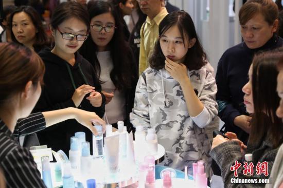 """从一支口红到千亿市场:进博会上看中国""""美丽消费""""变迁"""