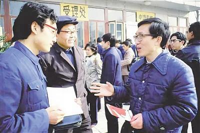 """胡国华:凭一块自制""""招牌"""" 拿到我国""""01""""号专利"""
