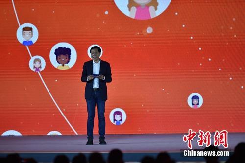 雷军在互联网大会上介绍面向智能家居的人工智能平台。<a target='_blank' href='http://www.chinanews.com/' >中新网</a> 李骏 摄