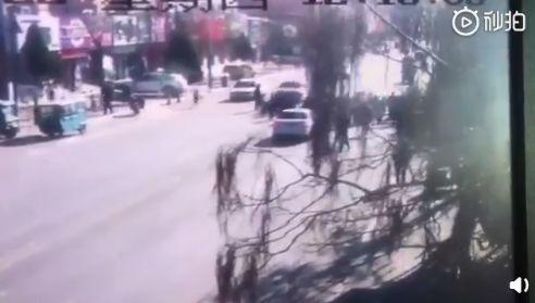 辽宁葫芦岛一小学门前轿车撞倒多名学生 已致5死18伤