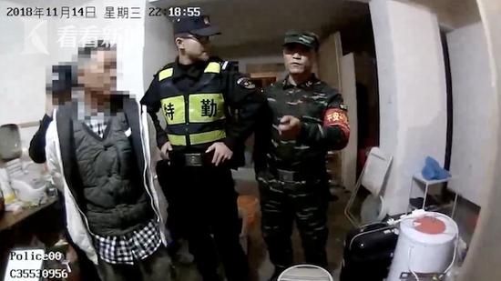 男子10个月偷2500多件衣物 警察清点3个小时数完