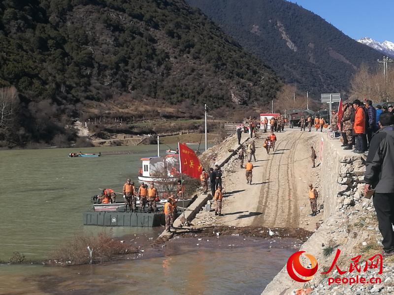 陆军第77集团军专业抢险救援力量抵达金沙江堰塞湖