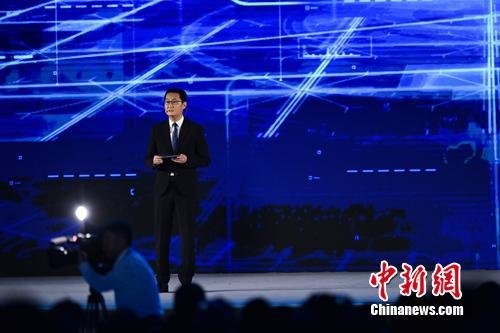 马化腾在互联网大会上介绍微信小程序。<a target='_blank' href='http://www.chinanews.com/' >中新网</a> 李骏 摄