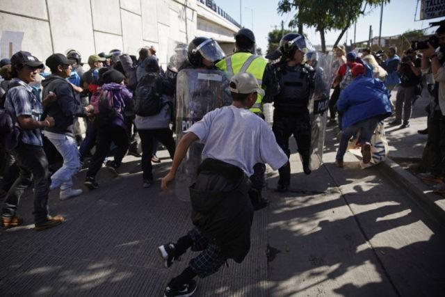 美用催泪弹驱散暴力冲关移民 移民危机严重升级