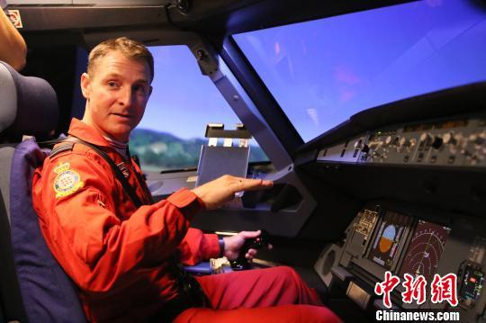 """英国""""红箭""""飞行表演队到访深航 体验模拟机飞行"""