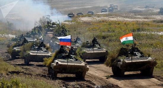 俄印因陀罗-2018军演完成坦克实弹射击项目