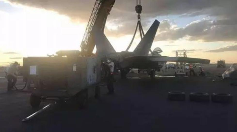 美军F-22受重伤,原因:玩儿大了!
