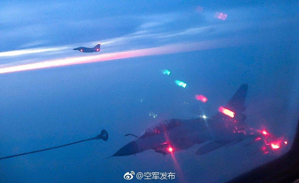 歼-10B夜间空中加油 锤炼全天候远程作战能力