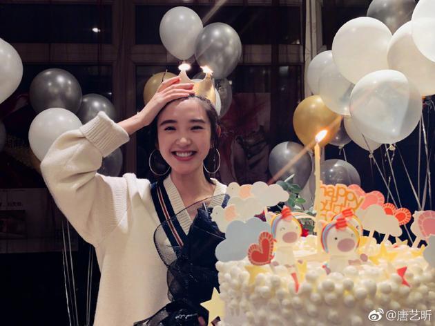 唐艺昕迎29岁生日收获满满祝福 笑容甜美如高中生