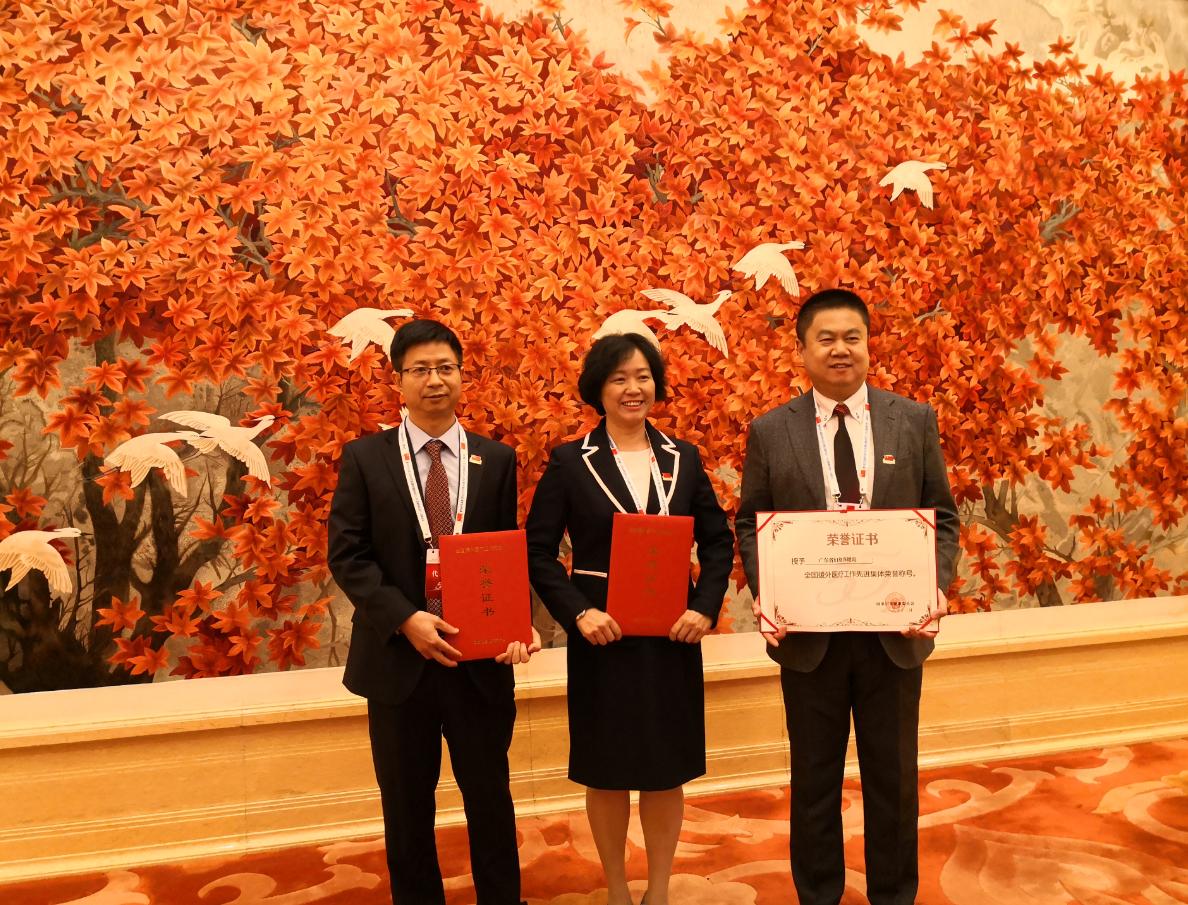 蔡演歆、林纯莹和广东省妇幼保健院院长黄汉林合影