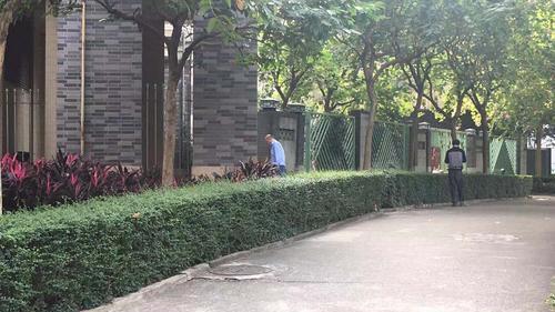 广州多个公厕集中施工 有人吃闭门羹后竟随地大小便