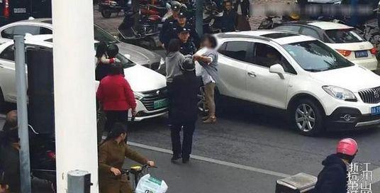 母女横穿马路抱怨女司机不让行 扇对方十几个耳光