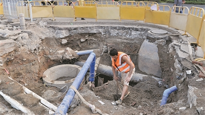 300米水管半月挖爆30次 市自来水公司呼吁文明施工