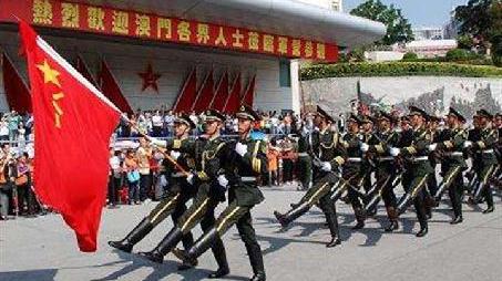 驻澳门部队举行升国旗仪式庆祝澳门回归祖国19周年