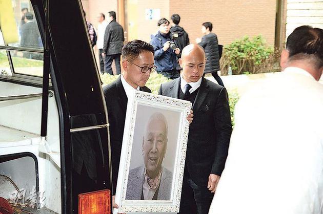 公公许世勋出殡 儿媳李嘉欣哀伤眼鼻通红