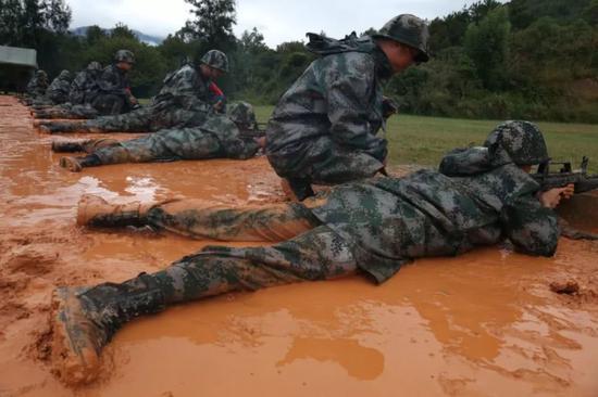 解放军新兵射击训练换新标靶 尺寸比原来小一半