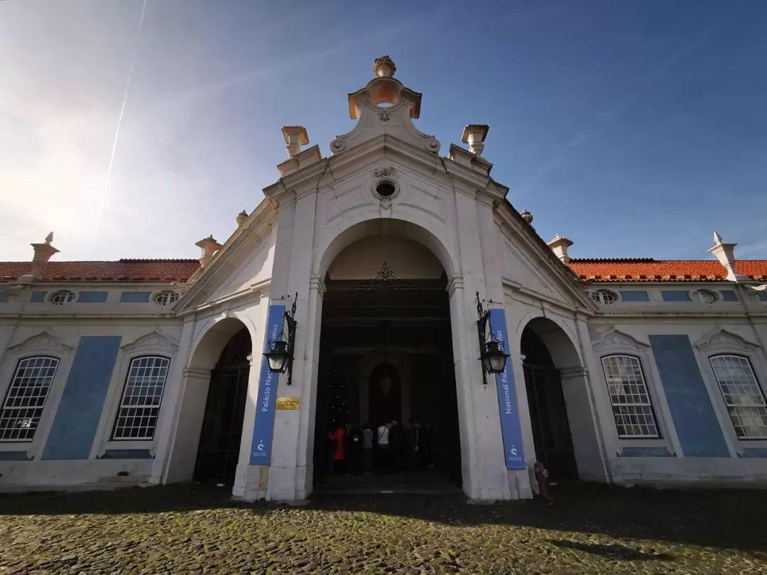 克鲁斯宫始建于1747年,原本是葡萄牙国王佩德罗四世的夏宫,它被认为是欧洲设计的最后一座伟大的洛可可式建筑。1910年,被列入葡萄牙国家遗产名录。1940年,它开始作为博物馆对公众开放。(央视记者张晓鹏拍摄)