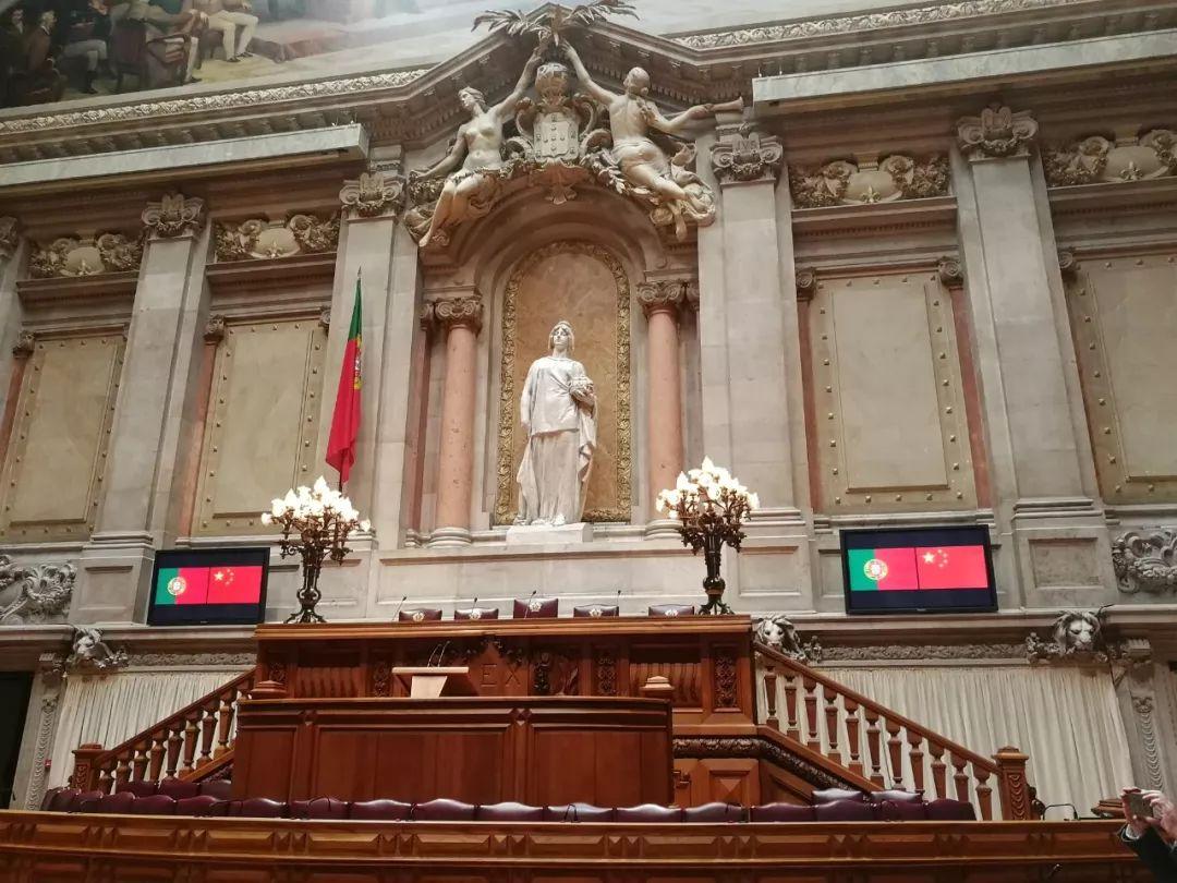 这是议会全会厅的共和女神雕像。习近平在罗德里格斯议长陪同下在这里合影留念。(央视记者杨立峰拍摄)