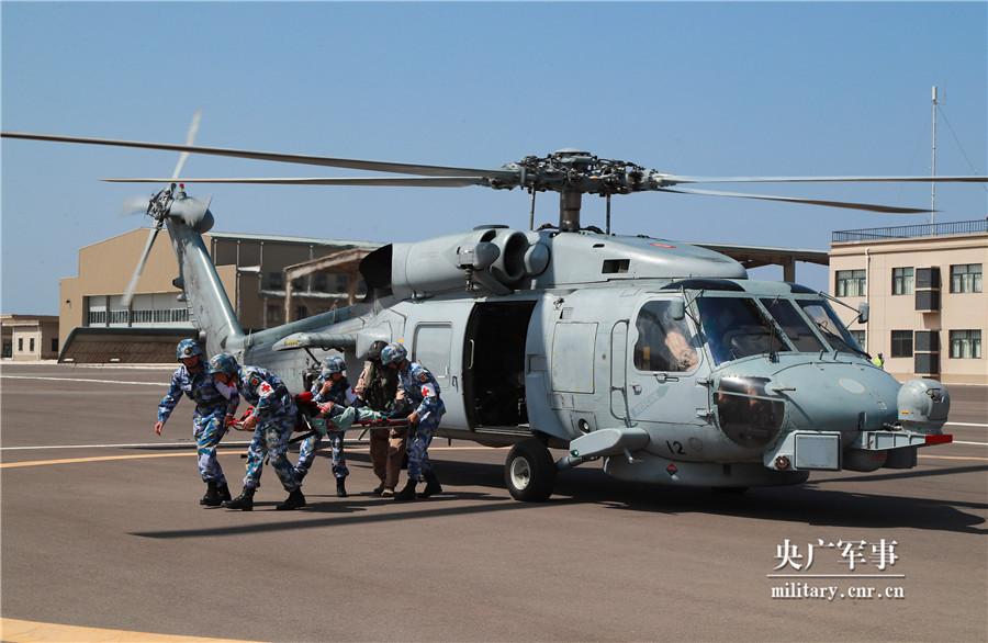 解放军在吉布提基地与外军联演 坐上黑鹰直升机