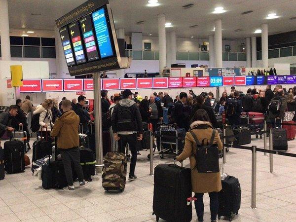英机场因多次出现无人机而关闭 警方称是蓄意干扰