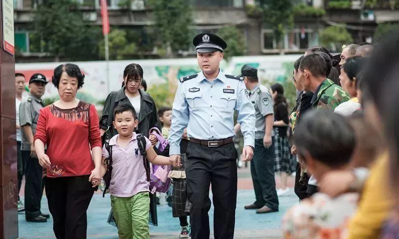 小学生送上热奶茶,校门口执勤民警:当时我脸都红了