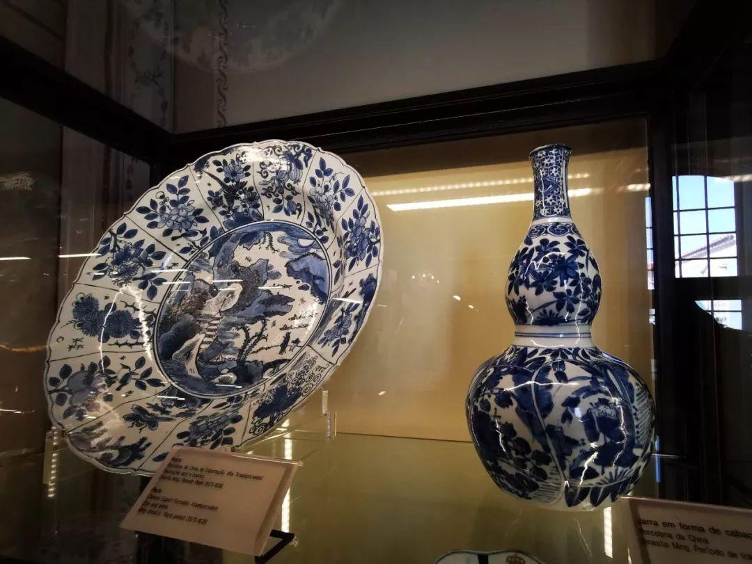 在历史上,中葡就是蓝色伙伴。海上丝绸之路一直是中葡文化交往和经济交流的纽带。这是在葡萄牙克鲁斯宫展出的青花瓷,中国明代万历年间出口到葡萄牙。(央视记者张晓鹏拍摄)