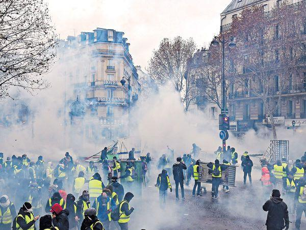 法国迎危险周末!8万警员出动,装甲车严阵以待