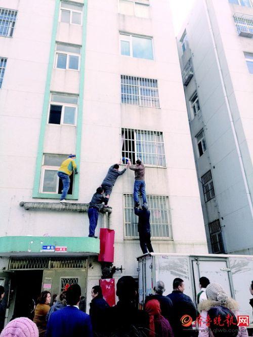 三岁孩子身悬半空邻居路人合力相助