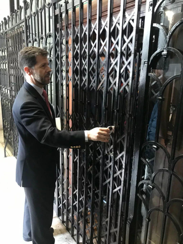 当天在议会大厦拍摄的记者乘坐这部一百多岁的电梯到达二楼贵宾厅。这部古旧的电梯被特意保留在历史建筑里继续提供服务。(央视记者许永松拍摄)