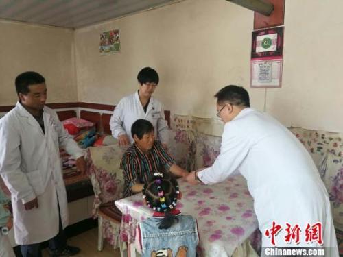 图为甘肃山丹县家庭医生上门为居民开展健康服务。 魏玲 摄